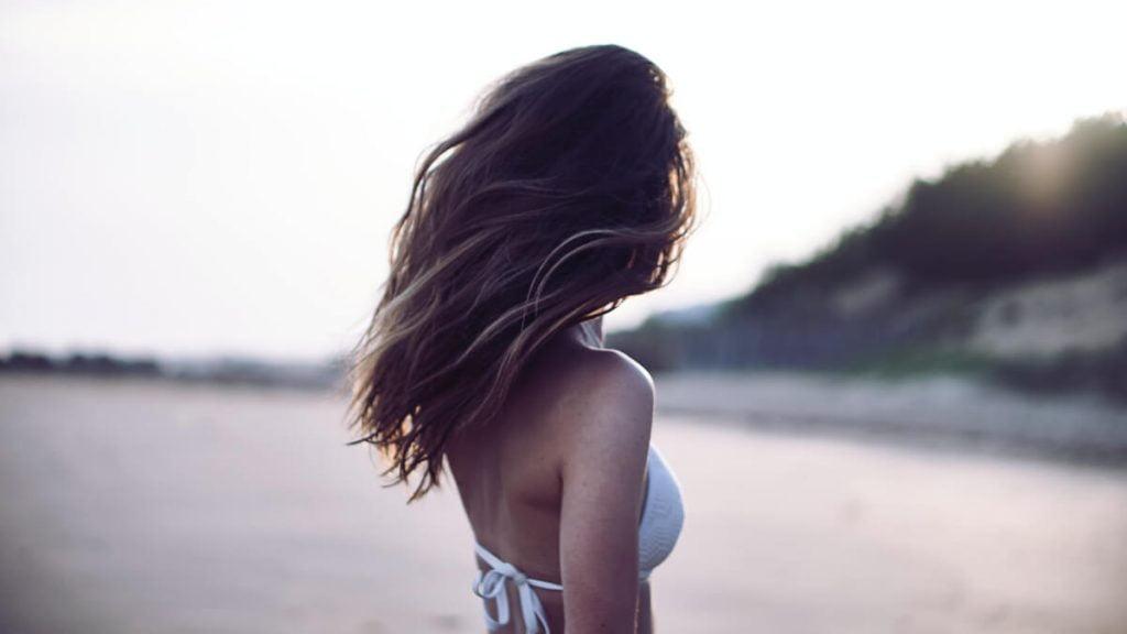 Flicka med salt i håret
